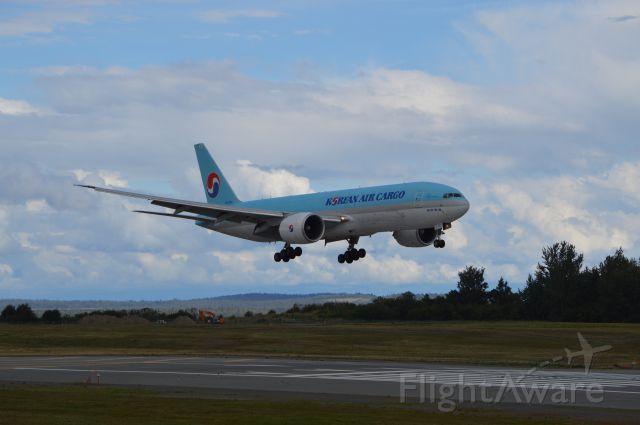 Boeing 777-200 (HL8252) - Point Woronzof off runway 15