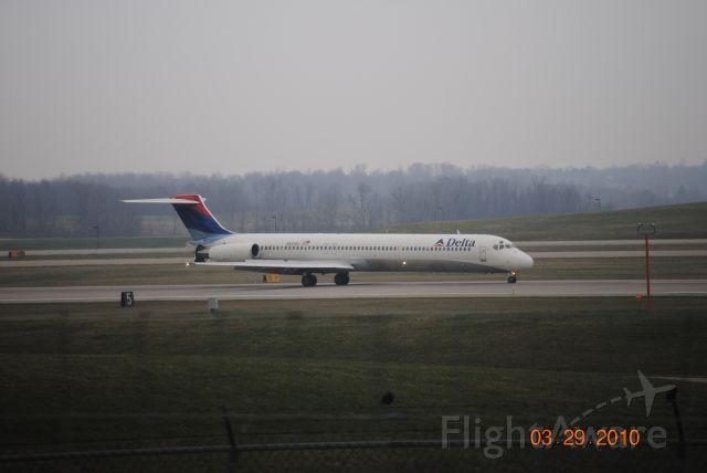 McDonnell Douglas MD-88 (N929DL) - Landed at KCVG