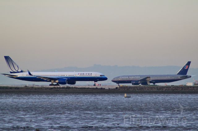 Boeing 757-200 (N546UA)