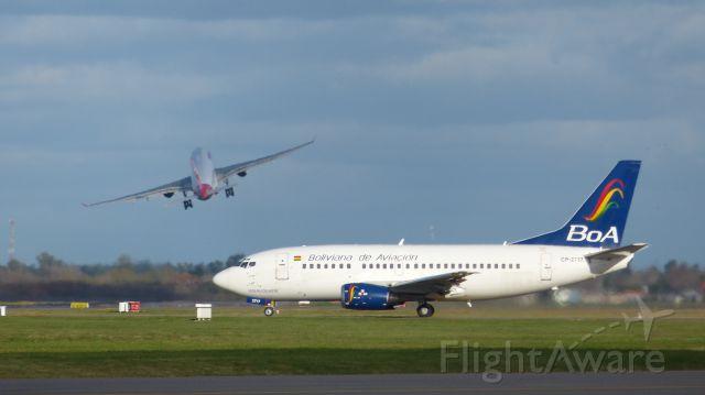 Boeing 737-700 (CP-2717) - Mientras OB705 se encuentra en punto de espera de pista 17 Tam8013 reliaza un viraje inmediato a La Plata.