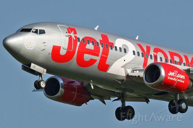 Boeing 737-700 (G-CELB) - Short finals 18R