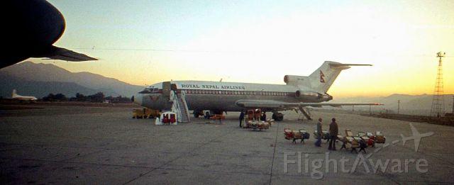 Boeing 727-100 — - Le roi du Népal est de retour. On doit enlever la suite royale et remettre les sièges. Durant tout ce temps, le trafic est stoppé. Le F27 de Benglabesh Biman qui doit nous ramener à Dacca, est stationné en bout de piste...br /Katmandou, janvier 1978.