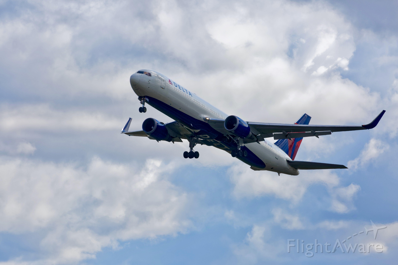 BOEING 767-300 (N1611B)