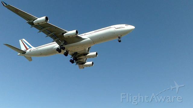 Airbus A340-200 (F-RAJB) - Magnifique Touch & Go de l