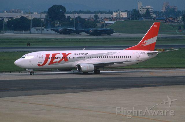 BOEING 737-400 (JA8992) - Taxing at Nagoya Intl Airport on 2001/08/13