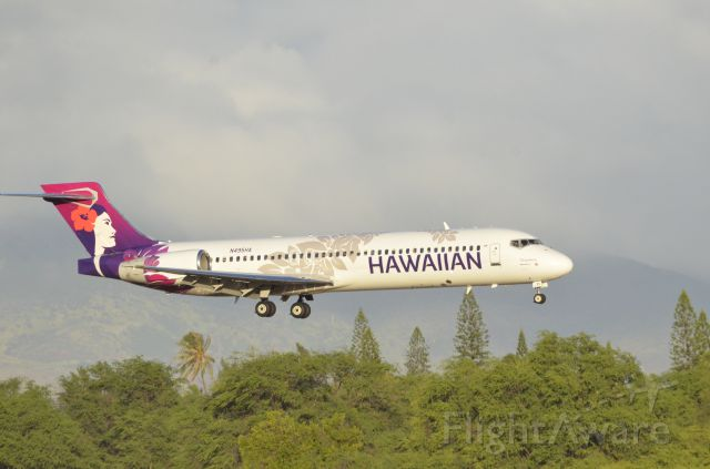 Boeing 717-200 (N495HA) - On final with the mountains of Oahu behind it.