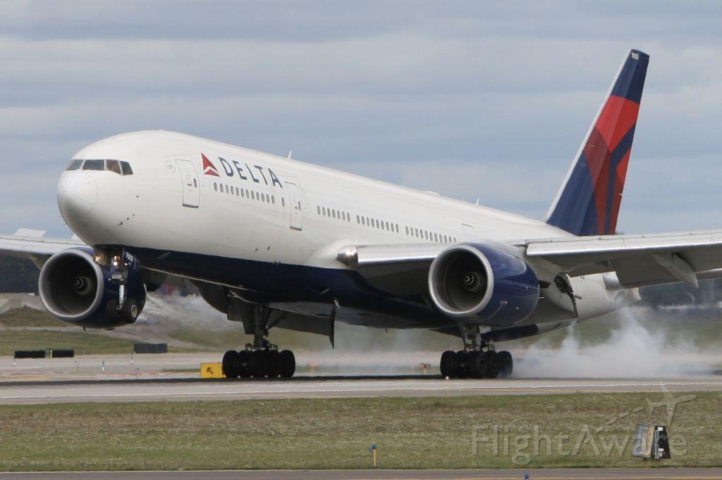 Boeing 777-200 (N867DA) - September 25, 2010 - touchdown Detroit