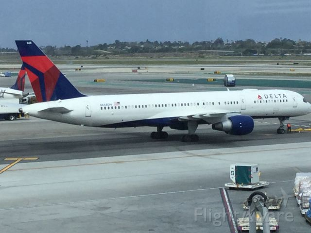 Boeing 757-200 (N668DN) - Waiting for taxing clearnce.