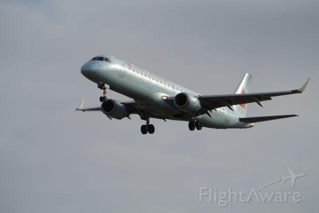 Embraer ERJ-190 (C-FHKP) - Short Final 05