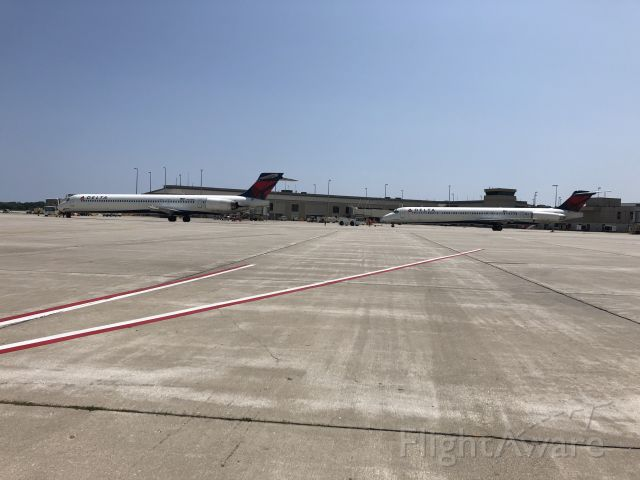 McDonnell Douglas MD-90 (N921DN) - MD90 and MD88