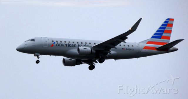 EMBRAER 175 (long wing) (N424YX) - On final is this 2014 American Eagle Embraer ERJ-170-200LR in the Autumn of 2019.