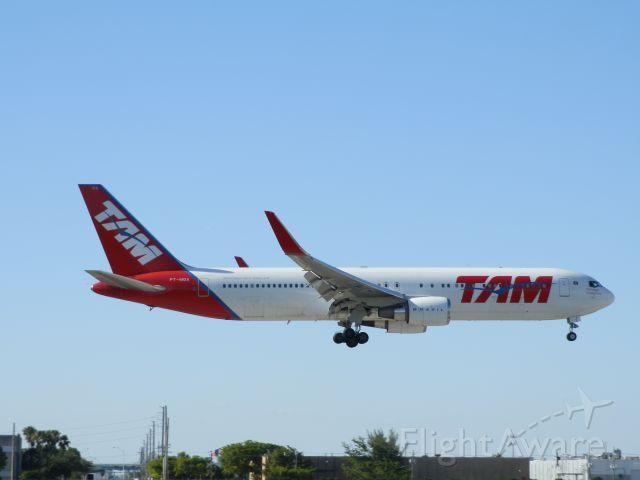 BOEING 767-300 (PT-MOA)