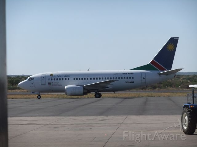 Boeing 737-500 (V5-NDI) - Ebenfalls am Nachmittag des 09.10.2011 fotografiert - B737-500 V5-NDI der Air Namibia. Kam grad aus Cape Town rein.
