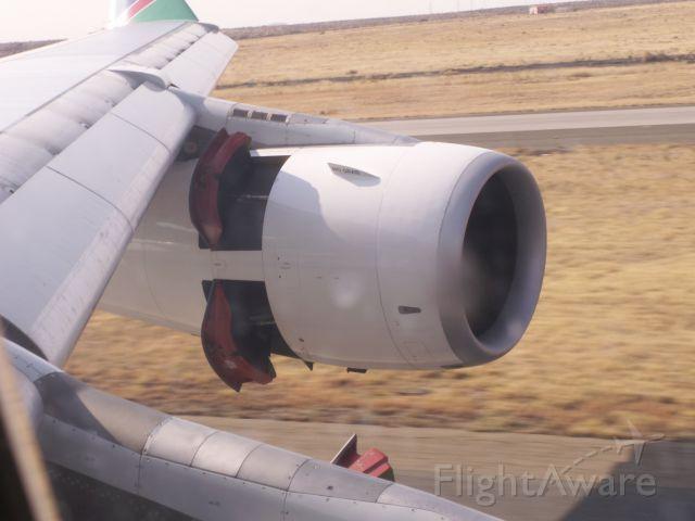 Airbus A340-300 (V5-NME) - Schubumkehr nach dem Aufsetzen auf 26R des Windhoek Hosea Kutako Intl am Morgen des 11.09.2009. Fotografiert von Platz 10A der Premium Economy Class aus. Mit der Einführung der beiden Nachfolgemodelle (A330-200) wurde auch die Premium Economy Class abgeschafft. Ich flieg sowieso lieber Full Business bei Air Namibia.