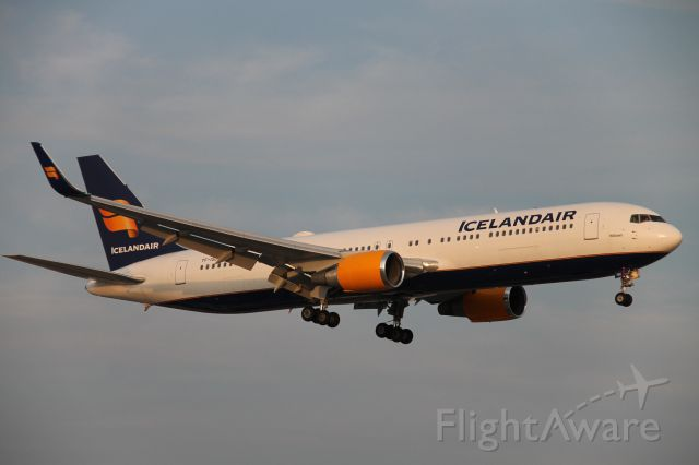 BOEING 767-300 (TF-ISO) - Icelandair 763 landing at YYZ for the second time!