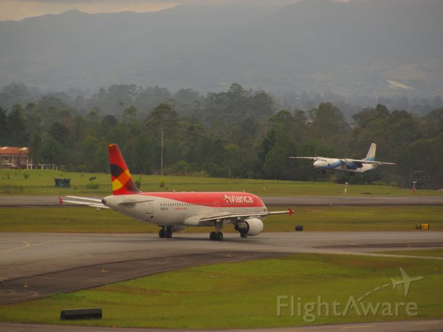 Airbus A320 (N664AV) - A-320 AVIANCA N664AV TAXING TO DEPARTURE AND AN-26 AER CARIBE HK-4729 TAKE OFF TO BOGOTÁ
