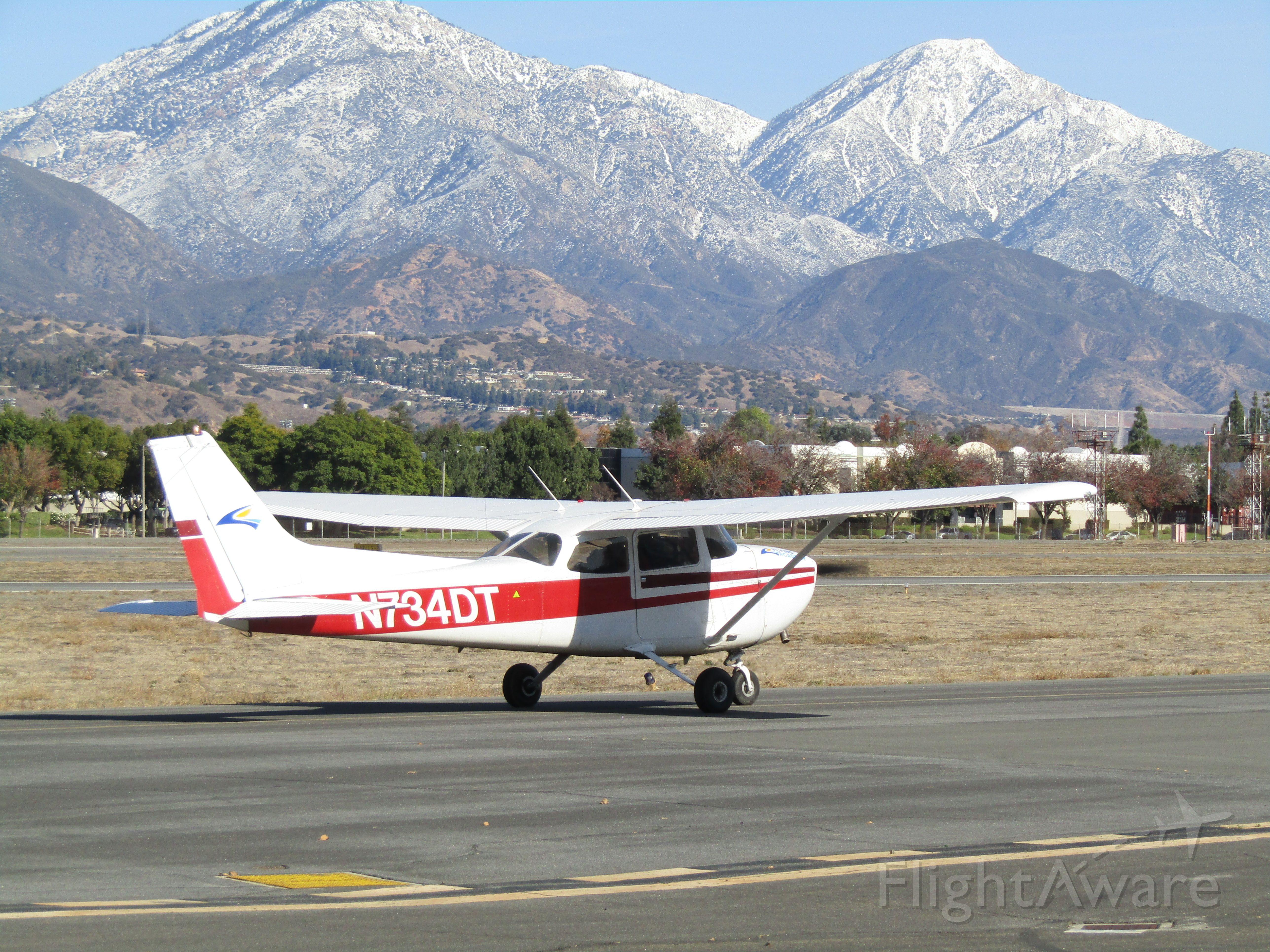 Cessna Skyhawk (N734DT) - Taxiing to RWY 26L
