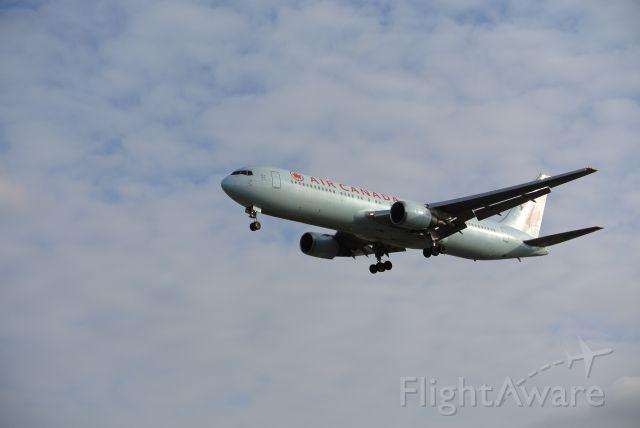 BOEING 767-300 (C-GHLV) - Short final 05