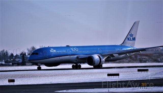 Boeing Dreamliner (Srs.8) — - landing CYYC