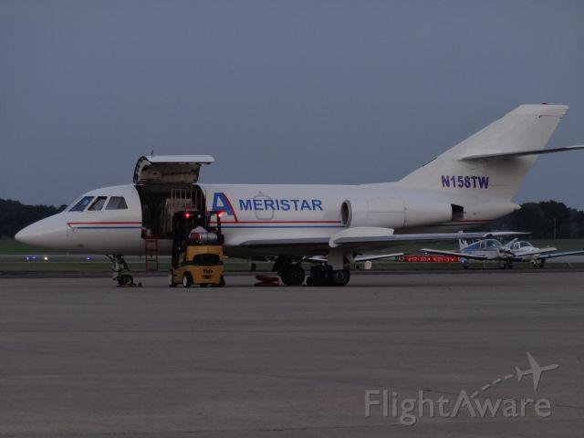 Dassault Falcon 20 (N158TW) - Loading cargo onto an Ameristar FA20.
