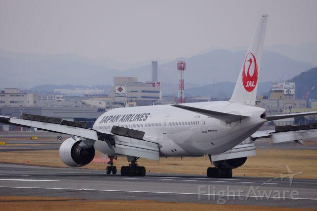 Boeing 777-200 (JA8982)