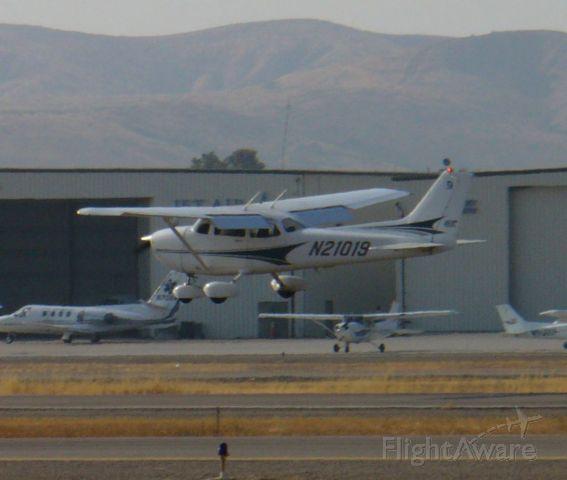 Cessna Skyhawk (N21019) - A floater down 27L