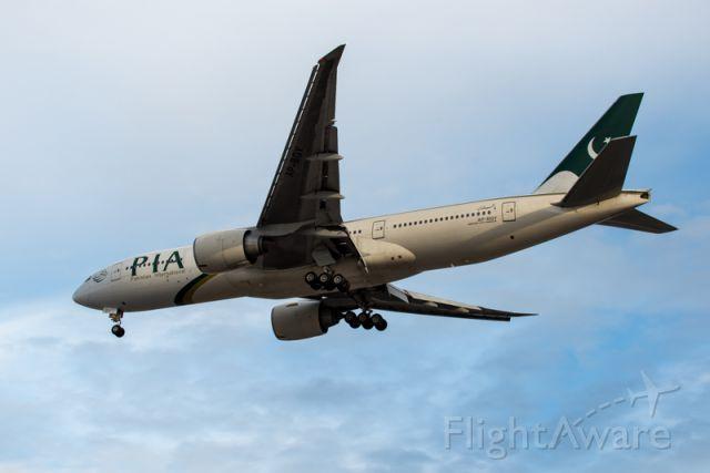 Boeing 777-200 (AP-BGY)