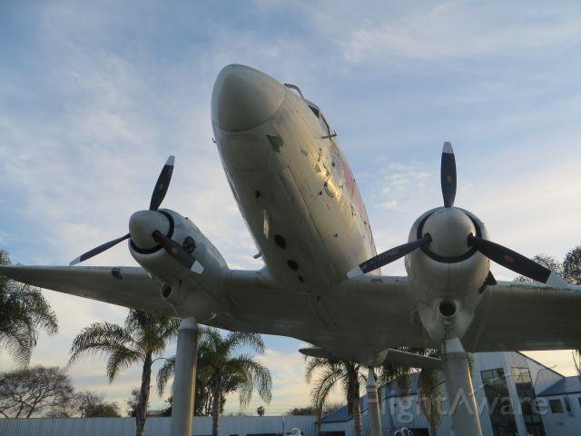 Douglas DC-3 (N242SM)