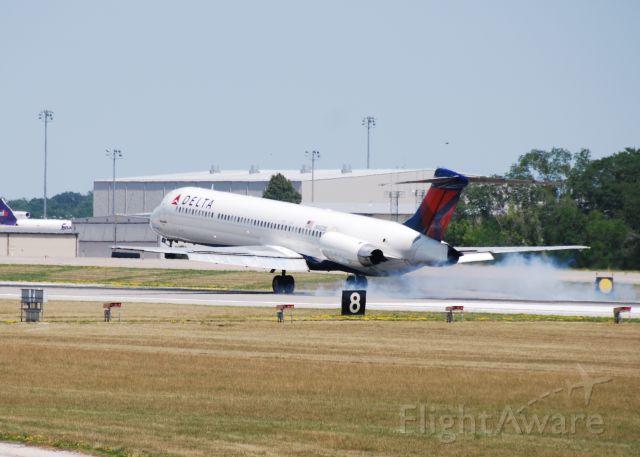 McDonnell Douglas MD-88 (N902DE) - Flight 901 touchdown 05 6-25-12