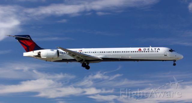 McDonnell Douglas MD-90 (N927DN)