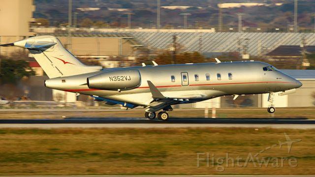 Canadair Challenger 350 (N352VJ) - 13R arrival.