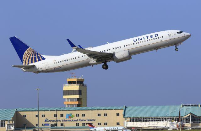 Boeing 737-900 (N37462) - United N37462 departing TNCA