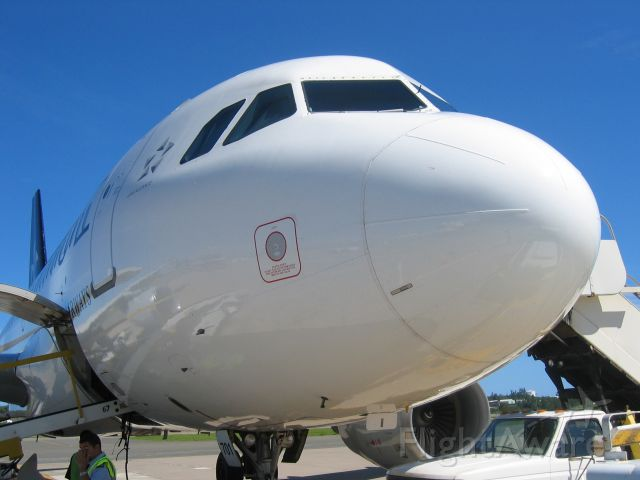 Airbus A319 (N701) - Boarding the all white Star Alliance A319 in Punta Cana.