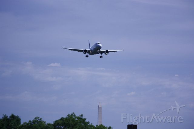 Airbus A319 (N754UW) - On final for Rwy 19 at KDCA with the Washington Monument