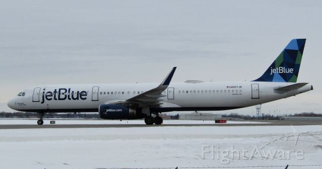 Airbus A321 (N907JB) - Rare for buffalo- a JetBlue A321! Taxiing for the gate up close.