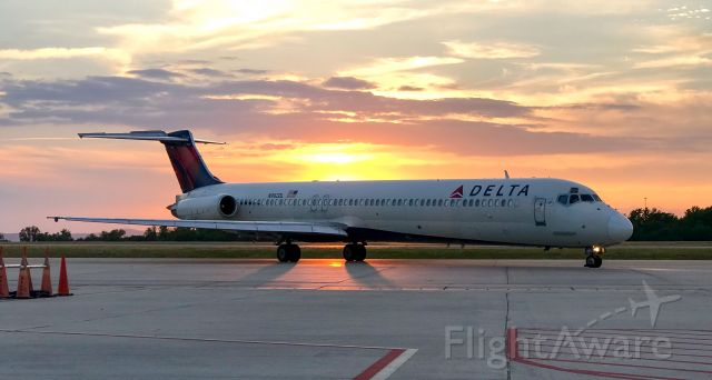 McDonnell Douglas MD-88 (N982DL) - Last flight out for the night.  Nothing beats an MD-88!