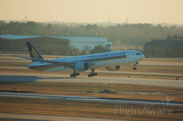 BOEING 777-300ER (9V-SWP) - SIA61 heavy lifting off of 33R at IAH.
