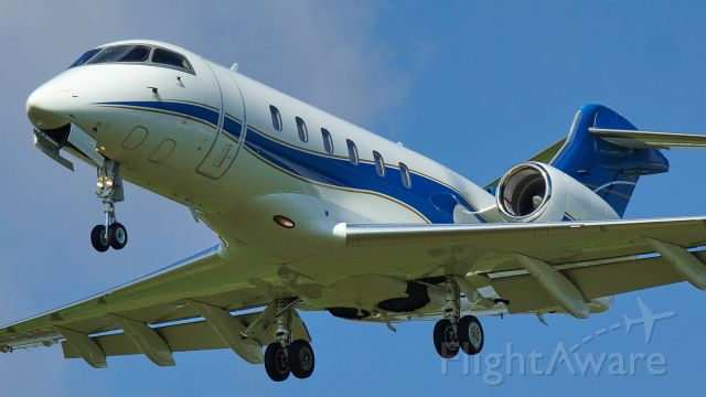 Bombardier Challenger 300 (N520RP) - 13R approach.