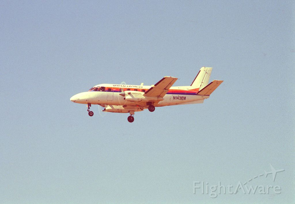 Cessna 310 (N143EM) - Final Approach to KLAX Intl Airport on 1989/08/31