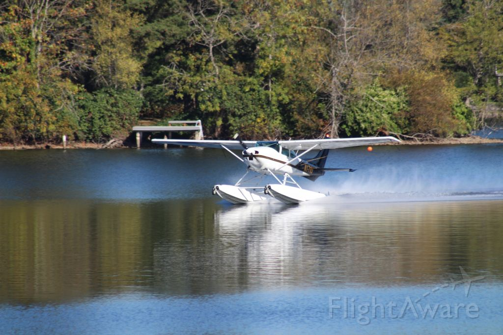 Cessna Skylane (N171U) -  Landing on Lake Sawyer, Black Diamond, WA