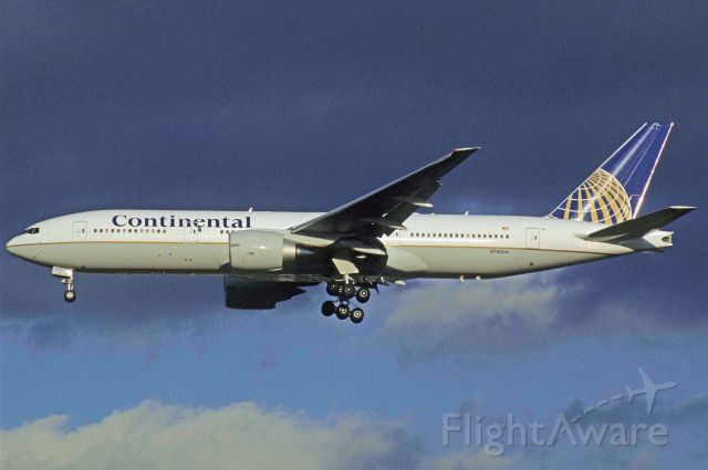 Boeing 777-200 (N78004) - Final Approach to Narita Intl Airport Rwy34L on 1998/12/24
