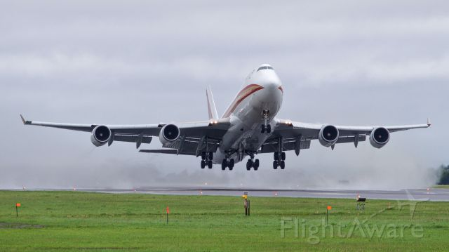 Boeing 747-400 (N782CK) - CKS566 launching off a wet Rwy 14, enroute to HNL