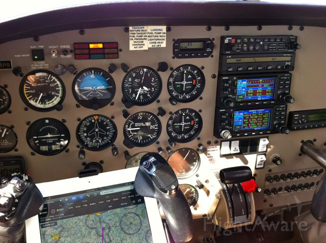 Piper Cherokee (N48PR) - TRying out the IPad with Foreflight and Stratus