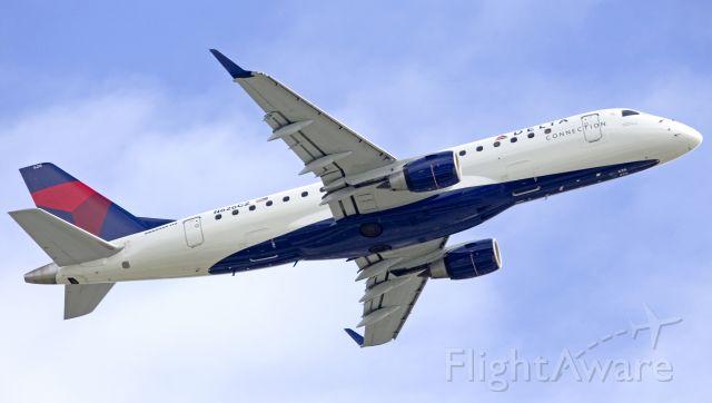 Embraer 175 (N626CZ)