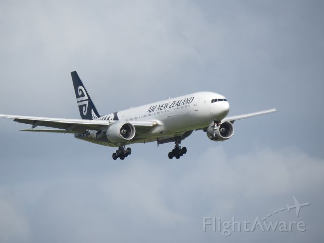 Boeing 777-200 (ZK-OKE) - ZK-OKE on short final to Auckland International.