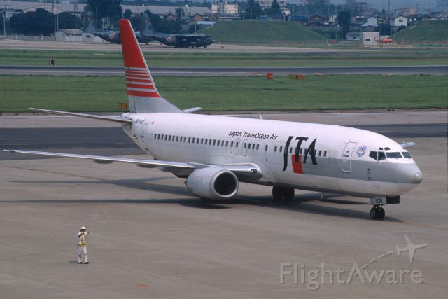 BOEING 737-400 (JA8938) - Taxi to Spot at Nagoya Intl Airport on 2001/08/13