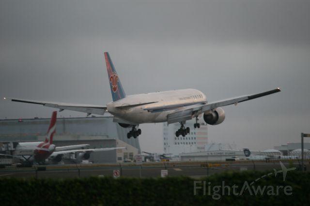 Boeing 777-200 (B-2070) - In-n-out burger