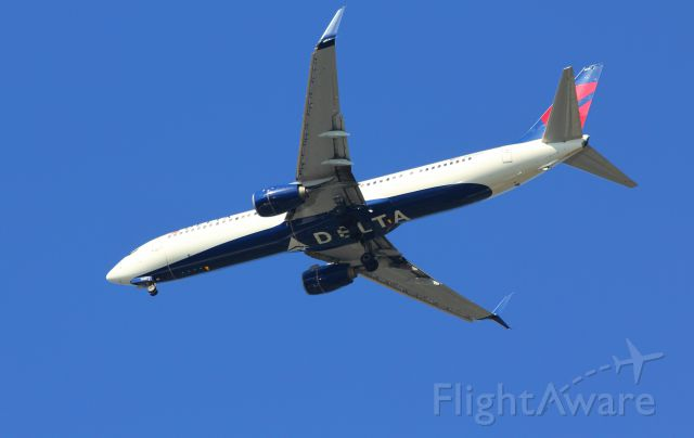 Boeing 737-900 (N858DZ) - Nice early morning shot from my front yard.