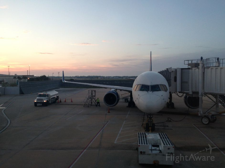 Boeing 757-200 (N669DN) - Beautiful picture waiting for a flight to Atlanta