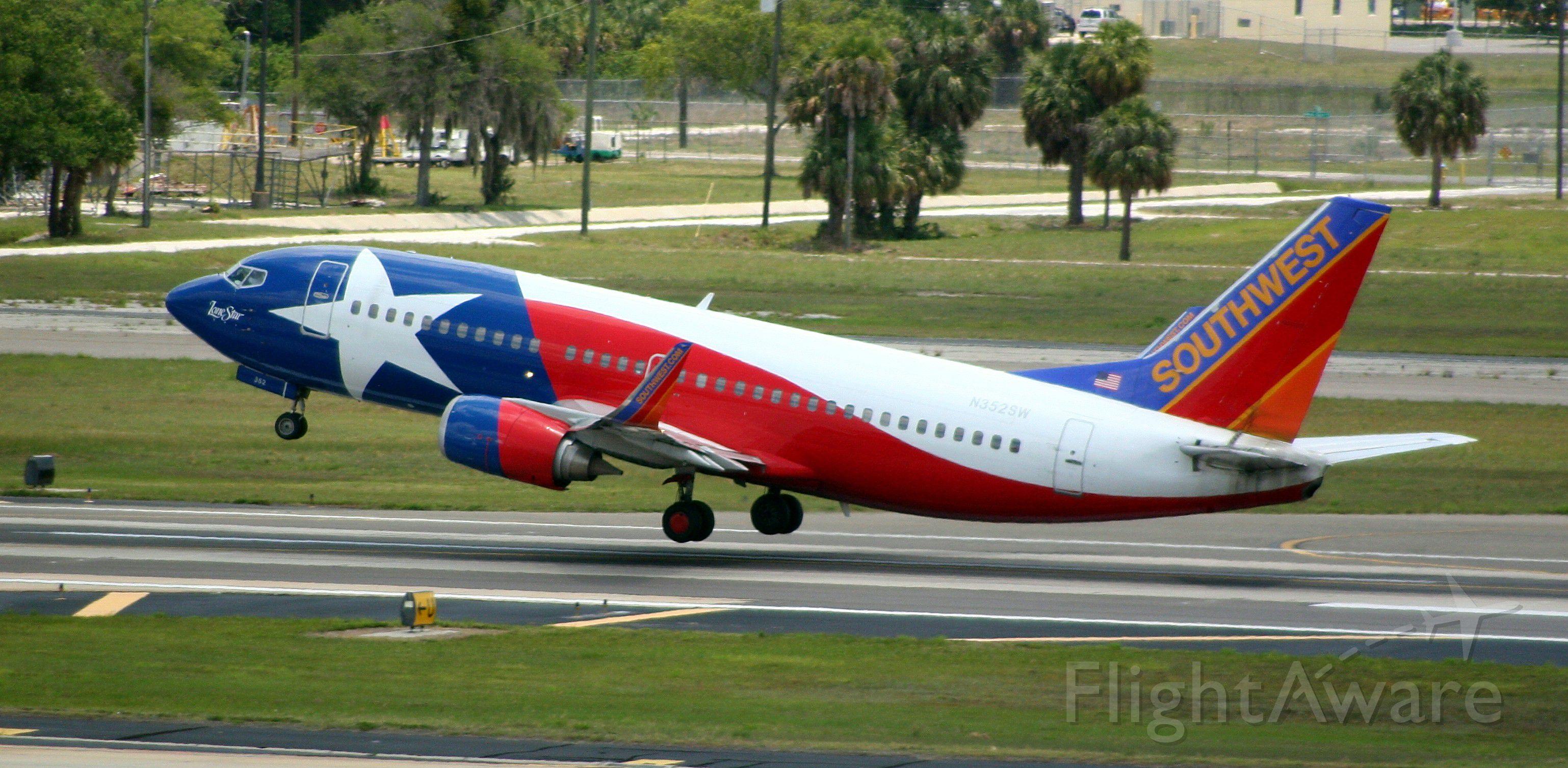Boeing 737-700 (N352SW)
